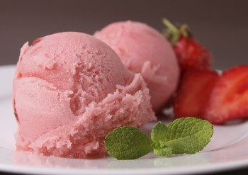 Strawberry yoghurt icecream