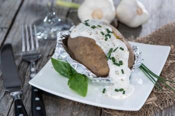Riċetta: Patata fil-forn bil-krema qarsa u kurrat selvaġġ (chives)