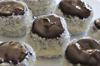 Recipe of coconut and chocolate pastries Riċetta: Pastini tal-coconuts u ċikkulata