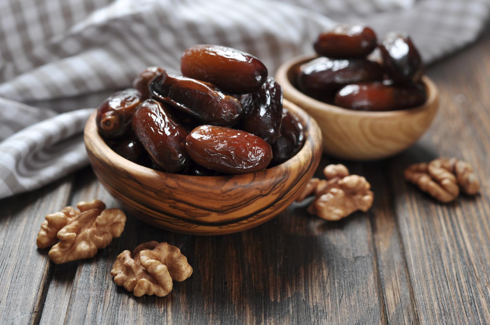 Recipe of delicacies made from nuts and dates Riċetta: Ħelwa tat-tamal, ġewż u ilma zahar
