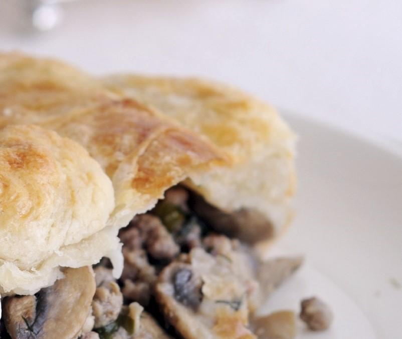 Chicken puff pie Torta tat-tiġieġ b'għatu tal-għaġina sfirjulata