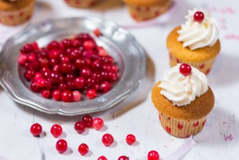 Recipe: White chocolate-cranberry poke cupcakes