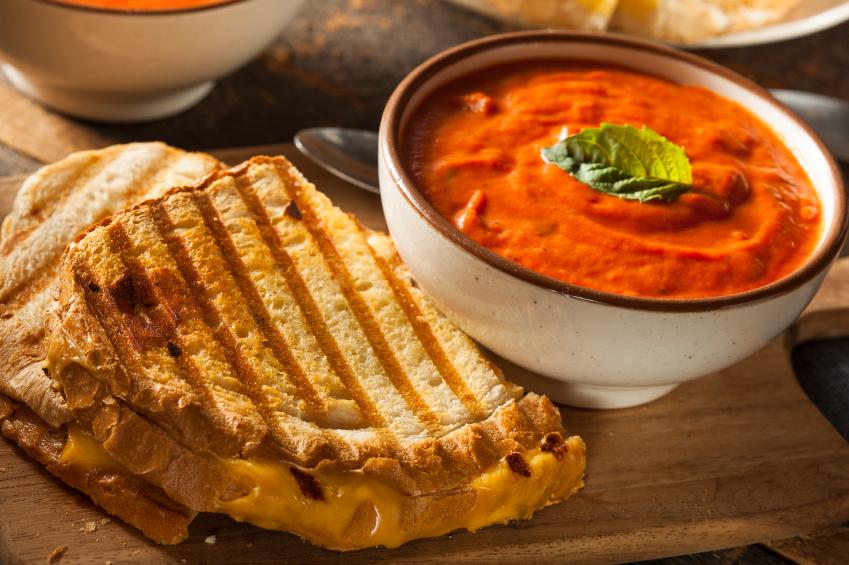 Tomato soup with toastie Soppa tat-tadam ma' ħobż mixwi bil-ġobon u l-bacon