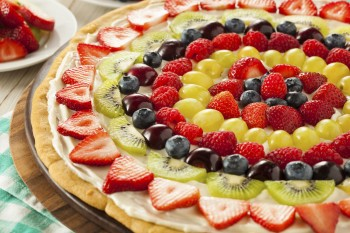 Recipe for children: Fruit pizza Riċetta għat-tfal: Pizza tal-gallettini bil-frott