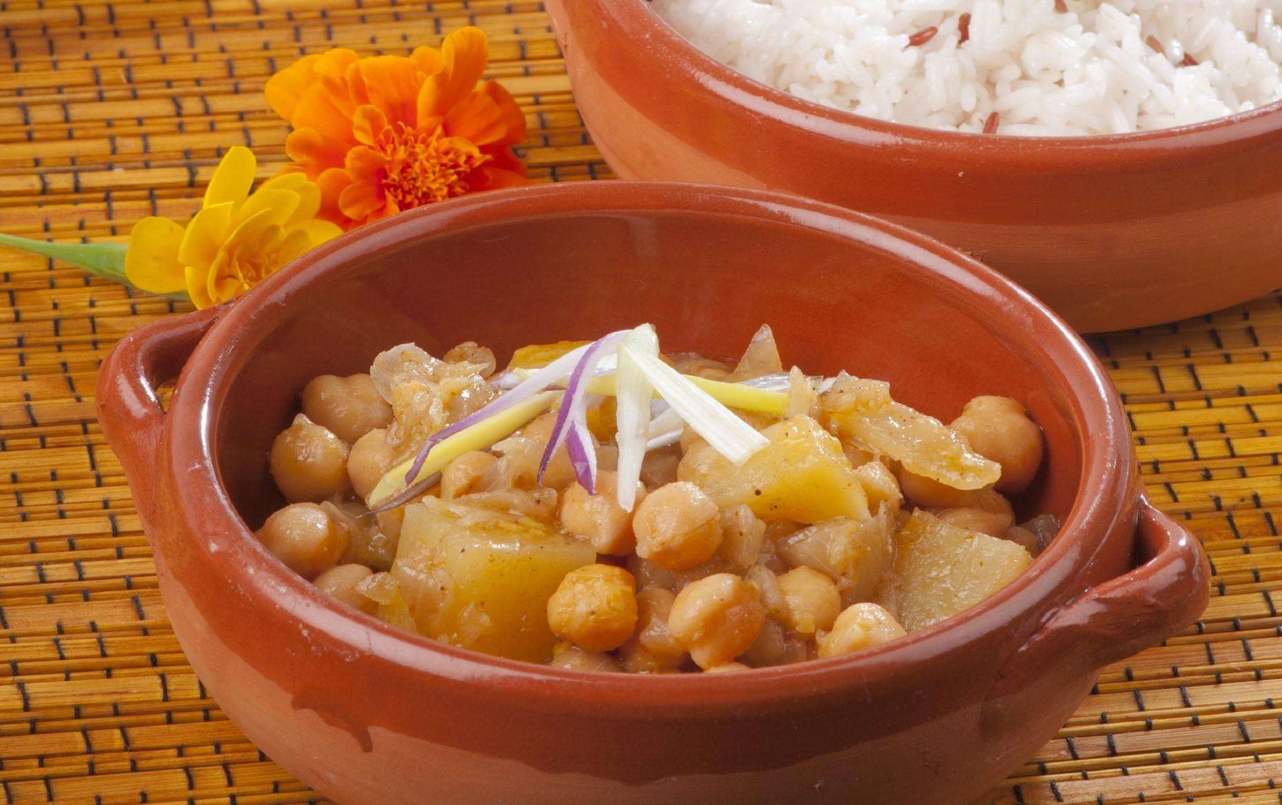 Indian potato and chickpea curry Stuffat veġetarjan bil-patata u ċ-ċiċri stil Indjan