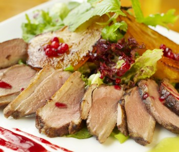 Roast duck with pear in red wine Papra mixwija u lanġas fl-inbid aħmar