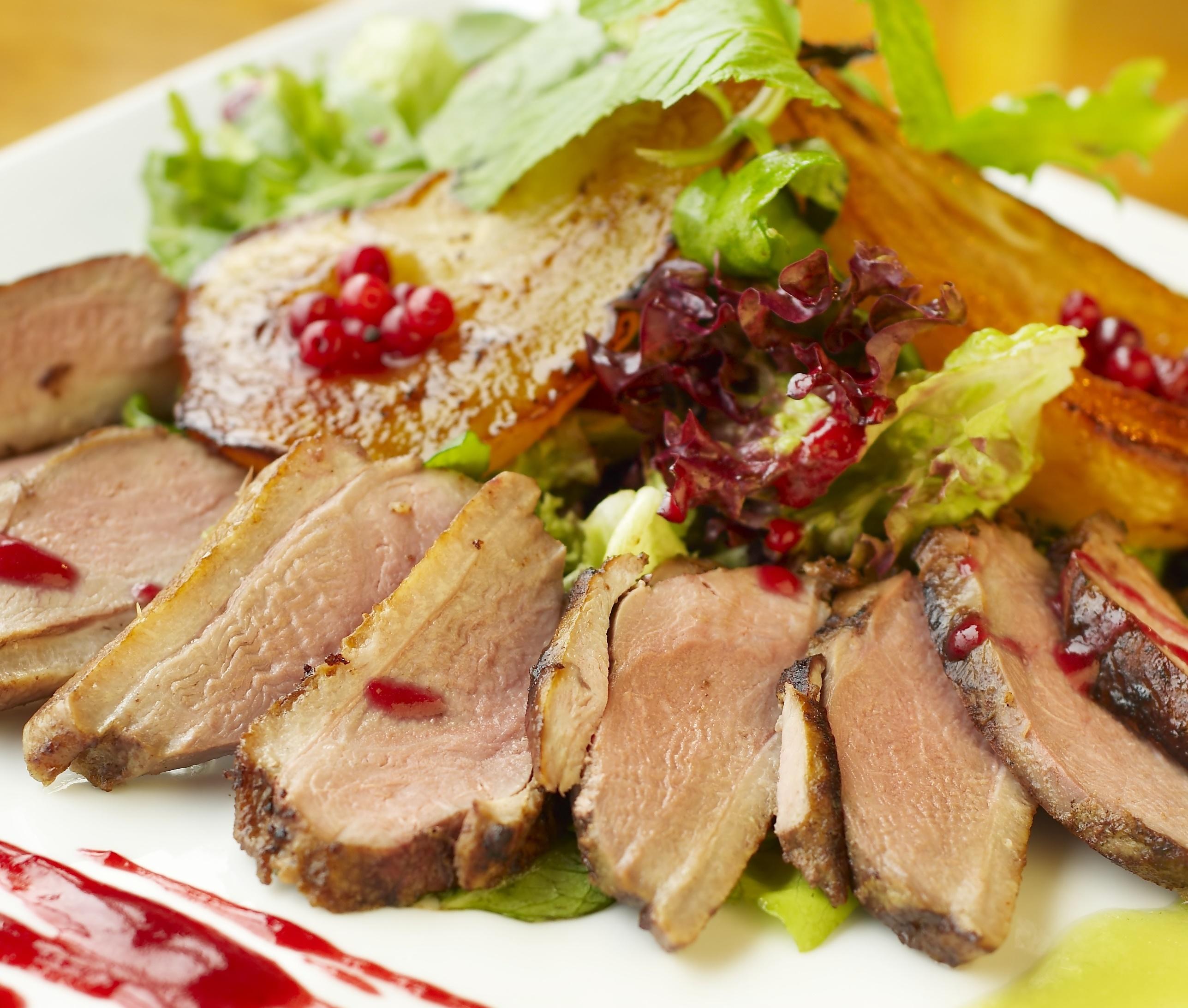 Roast duck with pear in red wine Papra mixwija u lanġas fl-inbid aħmar