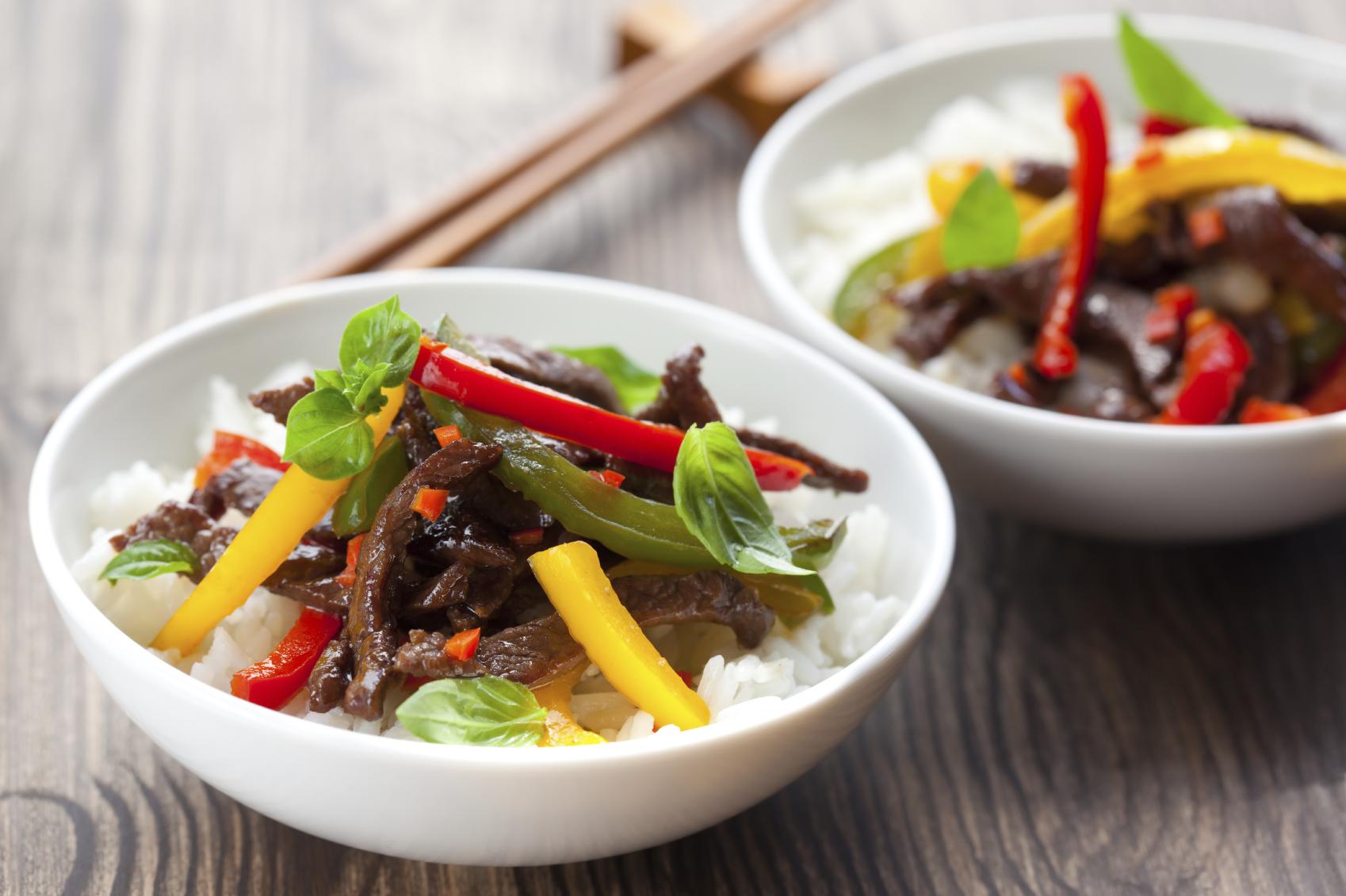 Beef with asparagus and sweet red pepper on a bed of rice: Ċanga bl-ispraġ u bżar aħmar ħelu fuq sodda tar-ross