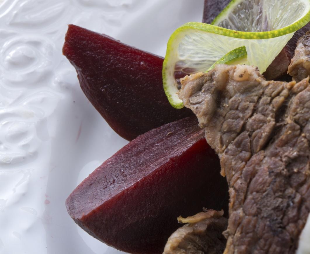 Beef fillet with beetroot and cheese: Flett taċ-ċanga bil-pitravi u zalza tal-ġbejniet friski