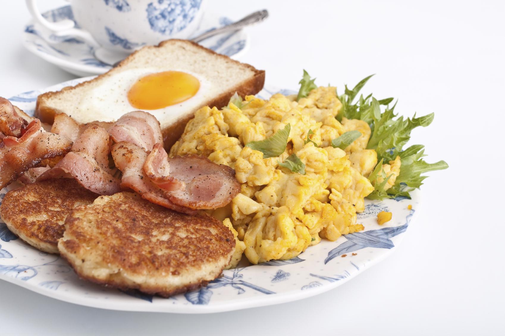 Egg, spinach and bacon brunch: Brunch għal tard filgħodu: ħbejża bil-bajd, spinaċi u bacon