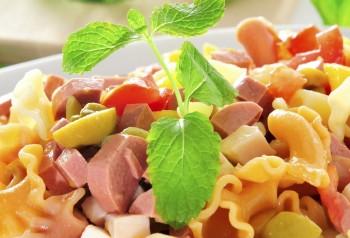 Pasta salad with sausage: Insalata tal-għaġin biz-zalzett