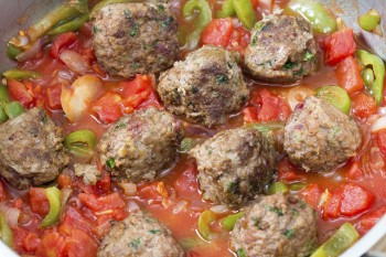 Pork patties with beans and sauce: Pulpetti tal-majjal bil-fażola u z-zalzau z-zalza