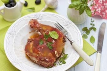 Roasted chicken thighs with mushroom and tomato sauce: Koxxox tat-tiġieġ il-forn biz-zalza tat-tadam u faqqiegħ