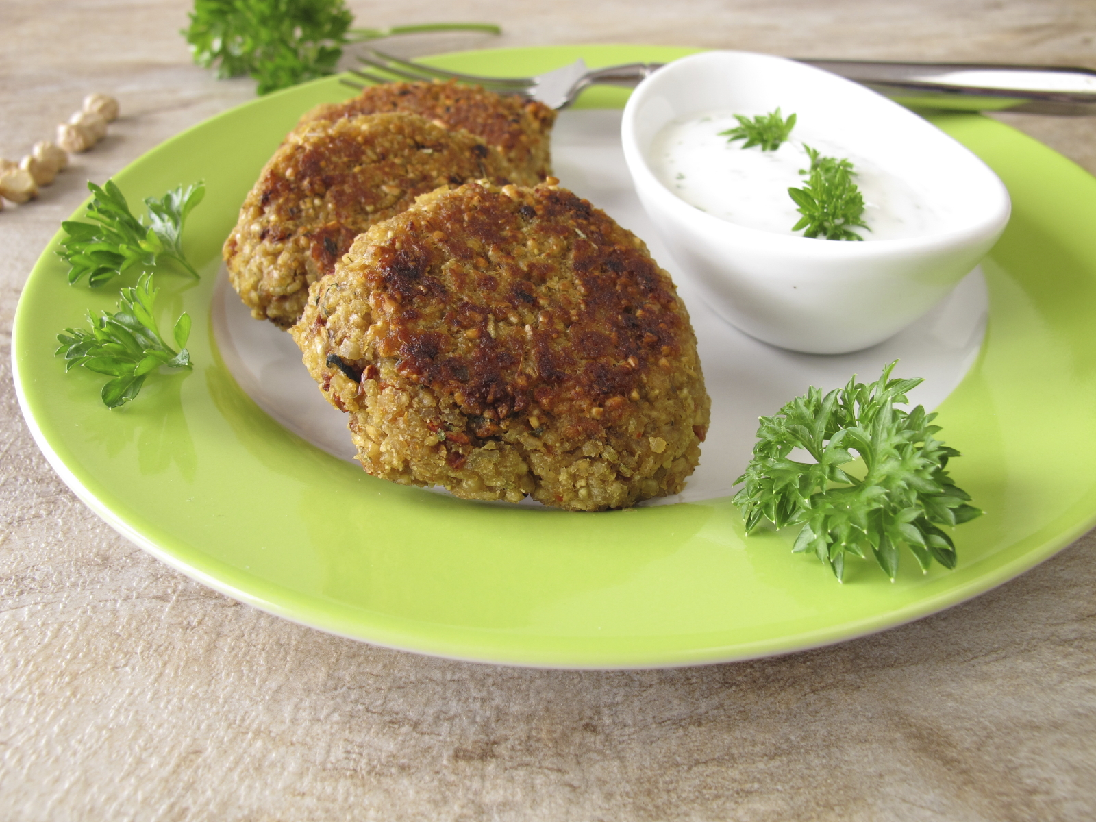 chick pea and bean patties: Pulpetti tal-ful u ċ-ċiċri mħawrin