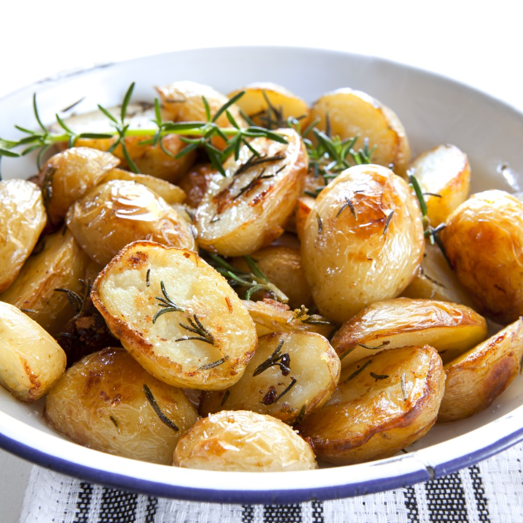 Roasted Potatoes with Rosemary: Patata mixwija bil-mustarda u l-klin u l-klin (rosemary)