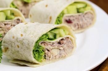 Tuna and avocado bread rolls: Rombli tal-ħobż bit-tonn taż-żejt u l-avokado