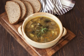 Riċetta: Soppa tax-xgħir (barley) u l-faqqiegħ (mushrooms)