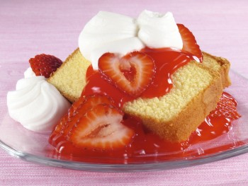 Lemon cake with strawberries