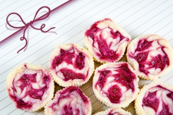 Mini cheesecakes with mascarpone and fruit: Cheesecakes żgħar bil-mascarpone u l-frott