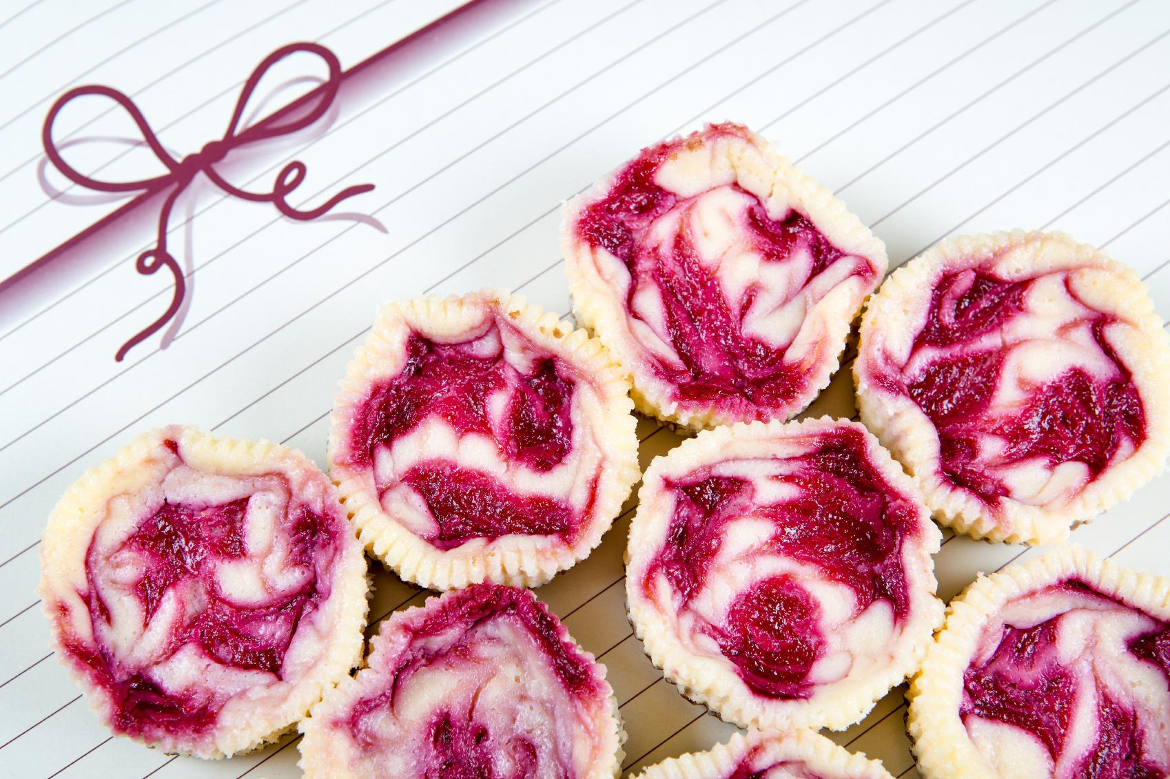 Mini cheesecakes with mascarpone and fruit: Cheesecakes żgħar bil-mascarpone u l-frott