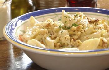 Penne with chicken, cauliflower and gruyere cheese: Penne bit-tiġieġ, pastard u ġobon Gruyere
