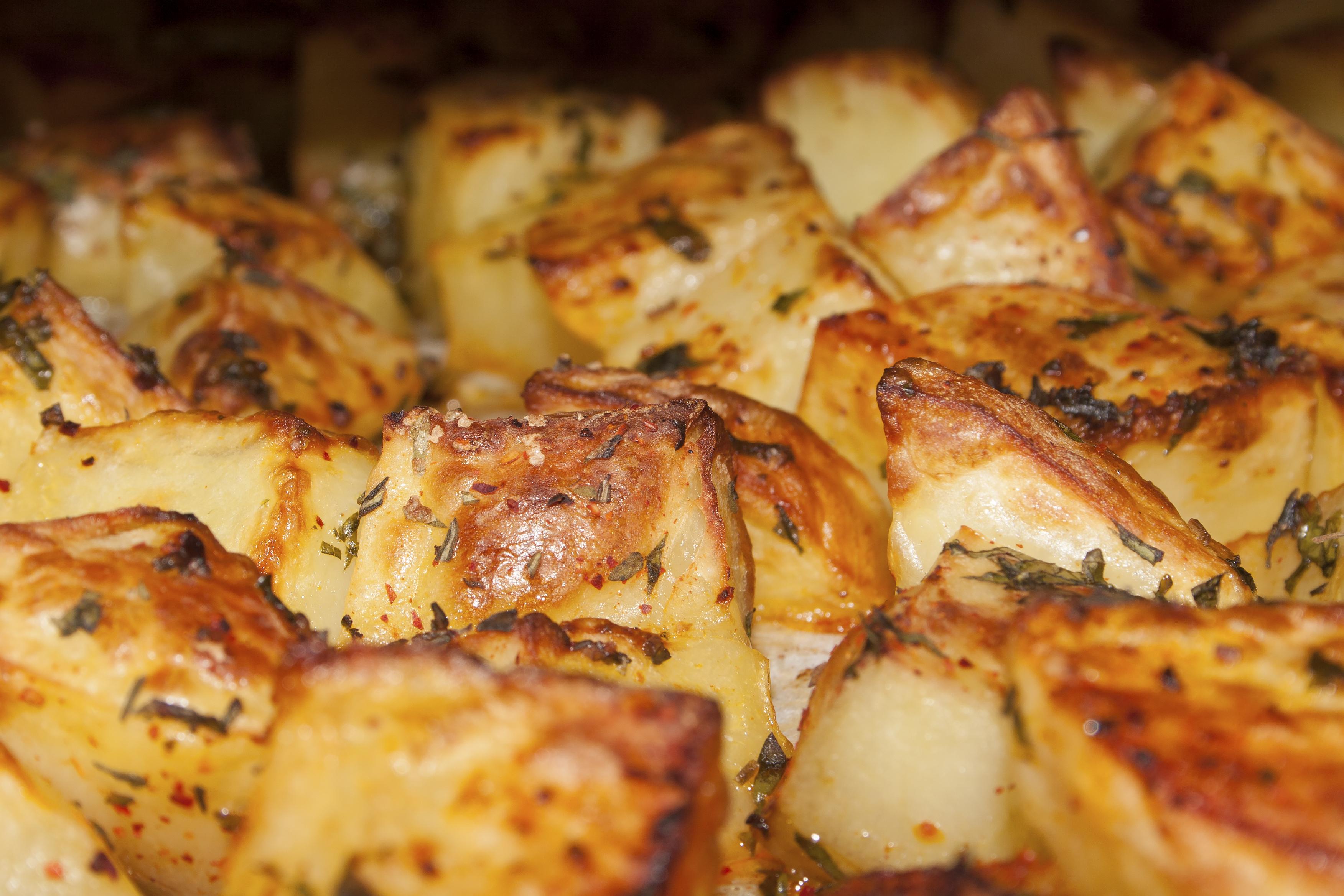 Potatoes in oven with lemon: Patata l-forn bil-lumi