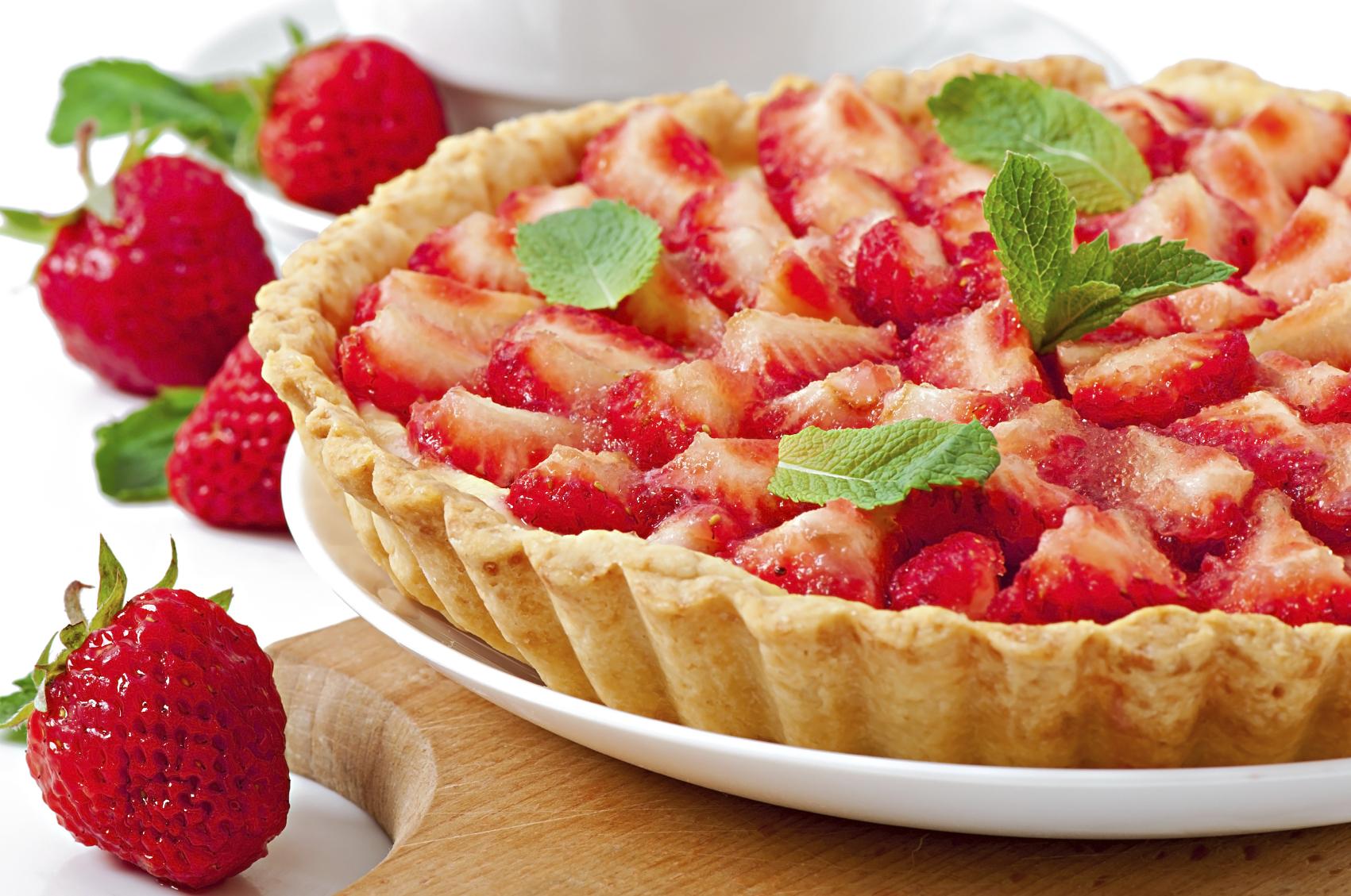 Ricotta and fresh strawberry almond pastry pi- Torta tal-irkotta u frawli frisk, b'għaġina tal-lewż