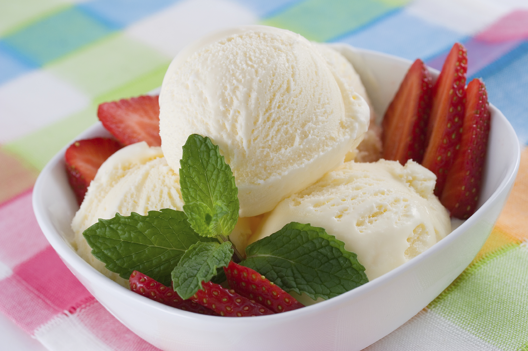 Ice cream with strawberries and mint