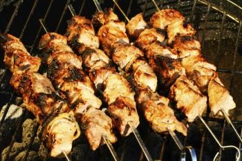 Riċetta: Kebabs tat-tiġieġ immarinati fil-yoghurt u l-paprika affumikata