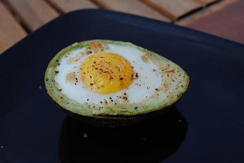 Egg baked in avocado Ritratt: Flickr/ Moramo Paraguna