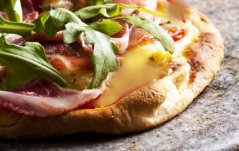 Riċetta: Pizza bil-basal, ġbejniet u prosciutto