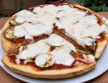 Pizza bil-qarabaghli mixwi (Ritratt minn Victoria Cassar)