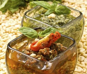 Riċetta: Pesto aħdar tal-ħabaq, u ieħor aħmar tat-tadam imqadded